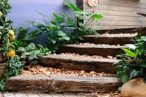 Caminhos de madeira reciclada para o jardim