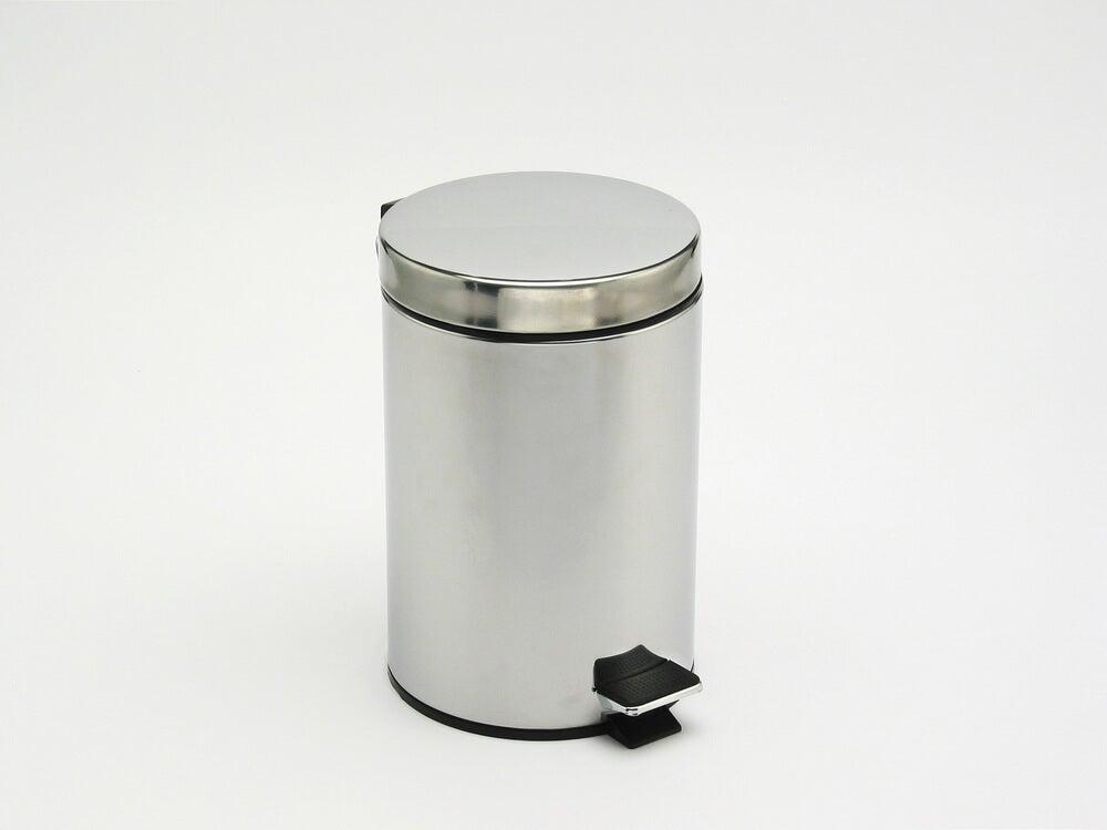 algumas latas de lixo para interiores