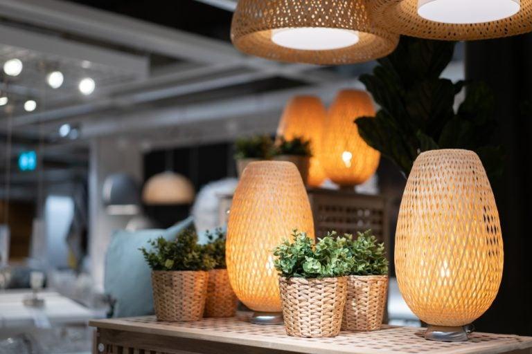 Colocar as luminárias de vime e de bambu