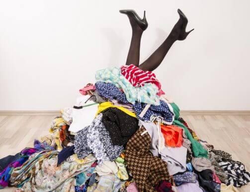 Excesso de roupas no armário: o que fazer com elas?