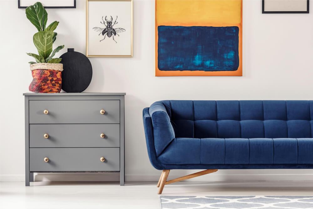 Como destacar o seu sofá azul em qualquer estação do ano