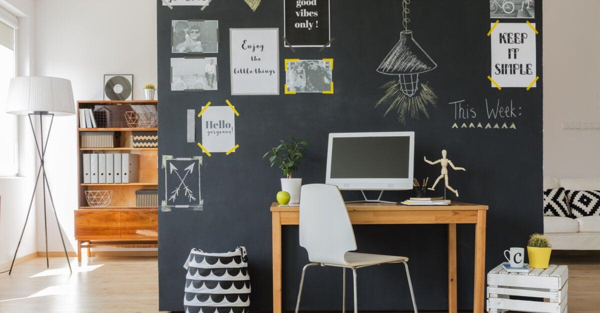 escritorio em casa com quadro negro