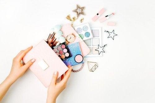 Cinco dicas para criar um organizador de maquiagem