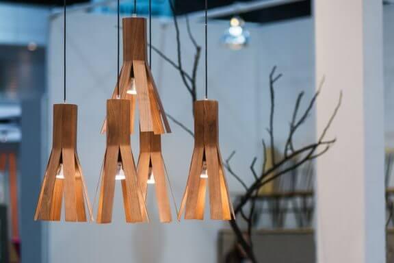 Luminárias de lâminas de madeira: ecologia e distinção