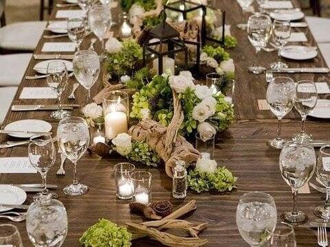 Centro de mesa floral feito de madeira flutuante