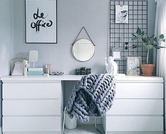 Móveis personalizados: mesa de trabalho feita com cômodas