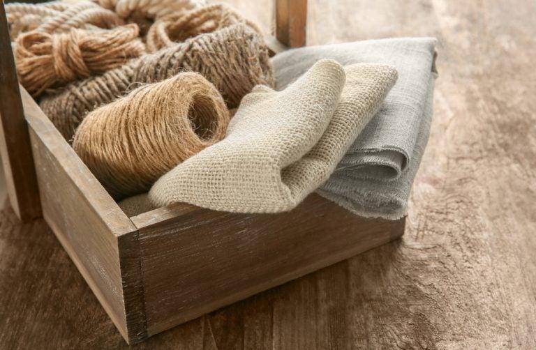 Use tecidos naturais para embrulhar os presentes