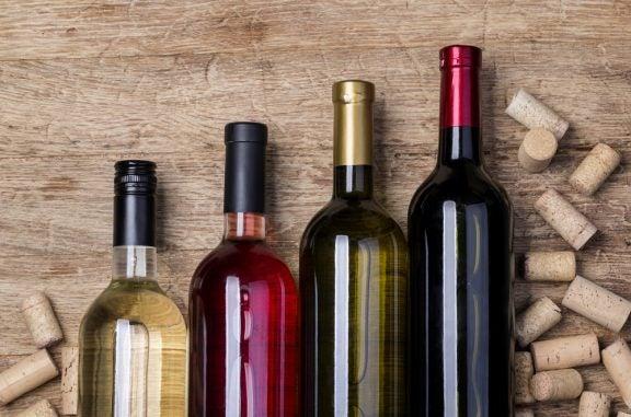 Caminho com garrafas de vinho para decorar o jardim