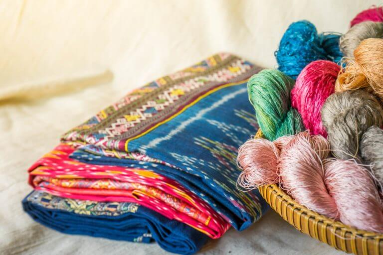 Ikat é uma técnica de tingimento de tecidos