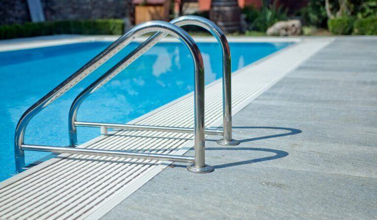 A piscina, a manta asfáltica ou o microcimento