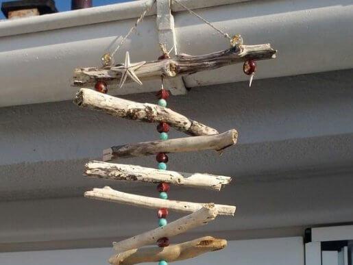 Usando pedras coloridas, conchas do mar e corda, você poderá criar um móbile como este