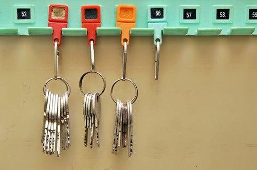 Organizar e guardar suas chaves de acordo com sua frequência de uso
