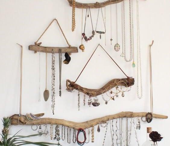 Um porta-joias de parede de madeira flutuante