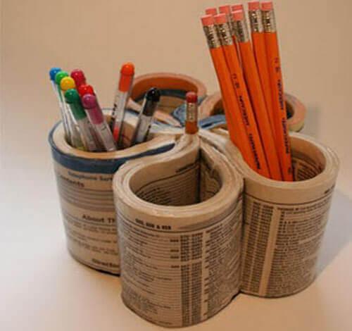 porta-lápis com jornais velhos
