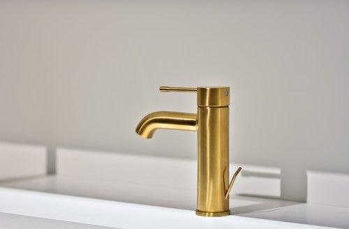 Veremosmetal dourado por todas as partes, molduras, espelhos, acessórios, torneiras, puxadores.