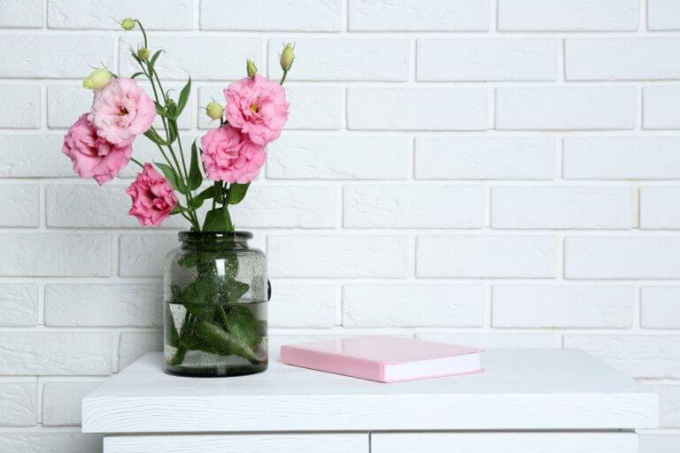 Vasos de vidro e com flores