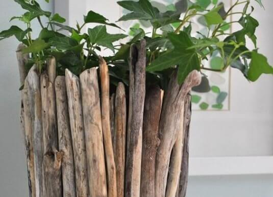 Um vaso de madeira flutuante