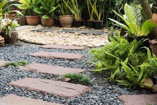 Crie um ambiente de relaxamento com uma praia no jardim