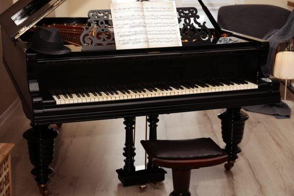 4 sugestões para destacar um piano na decoração