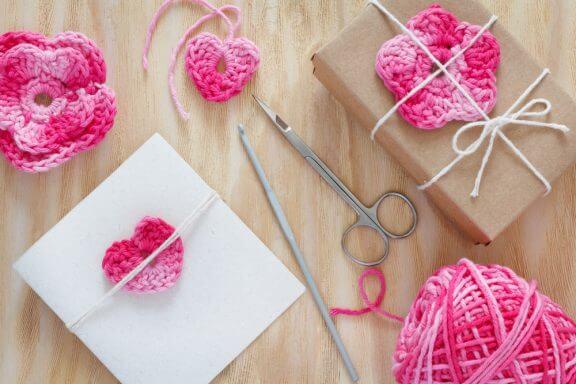 4 decorações com flores de crochê