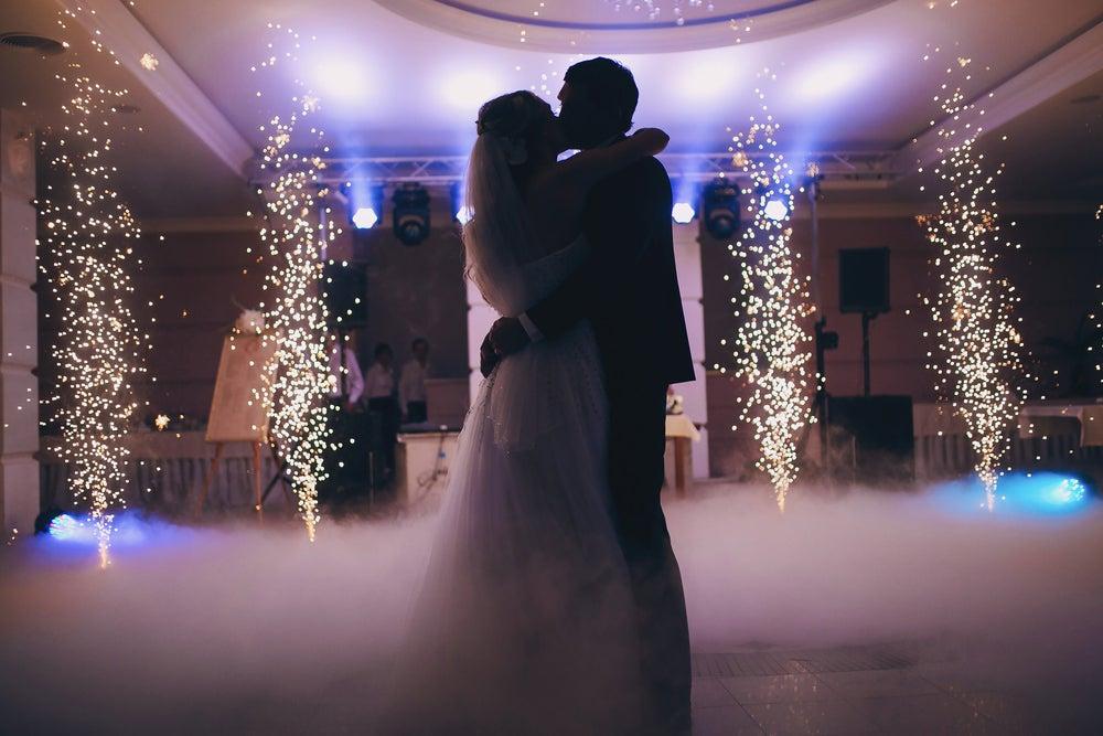 Iluminação interna para uma festa de casamento
