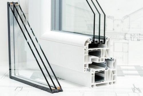 Se você mora em uma área bastante barulhenta, o mais recomendável é instalar janelas com vidros duplosque contenham uma câmara de ar