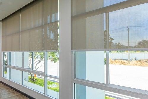 Se você conta com espaços amplos e grandes, a melhor alternativa é colocar as maiores janelas possíveis