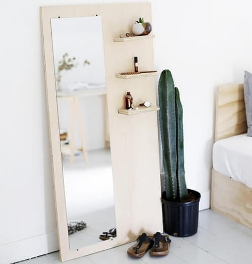 Uma tábua de madeira e um espelho são os protagonistas desta ideia ideal para os amantes da organização