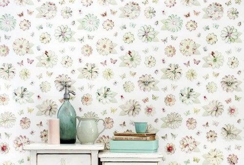 A decoração em papel de parede de estilo clássico