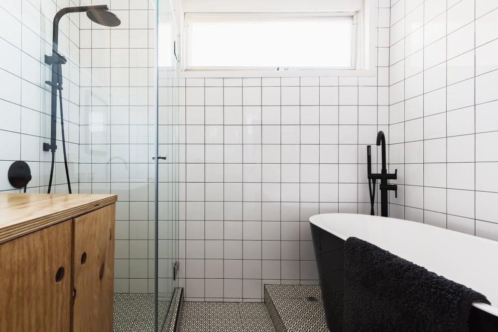 Torneiras pretas em um banheiro com contrastes