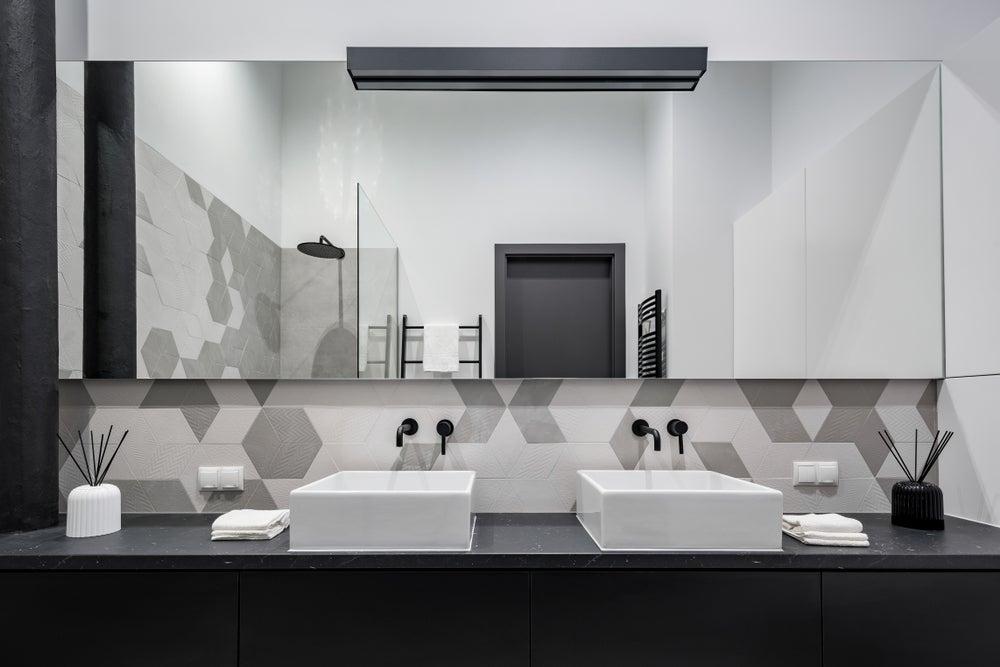 Banheiro decorado com paleta de cinza