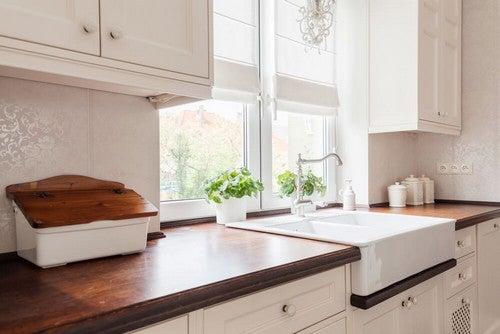 As bancadas de madeira sãouma opção quente que combina perfeitamente com a estética rústica