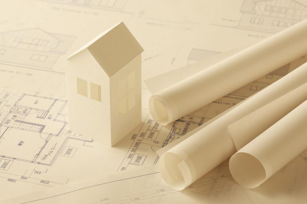 Reformar a casa por conta própria ou contratar um profissional?