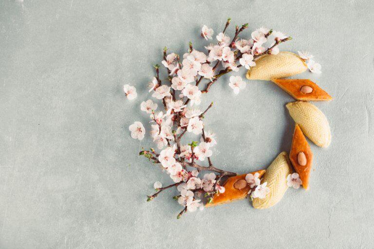 Decorar guirlandas com pétalas de flores