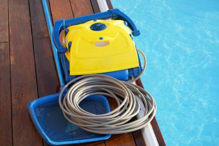 O robô para limpar piscinas não altera a composição da água