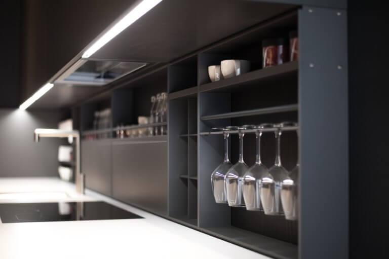 Trilhos de luz nos armários