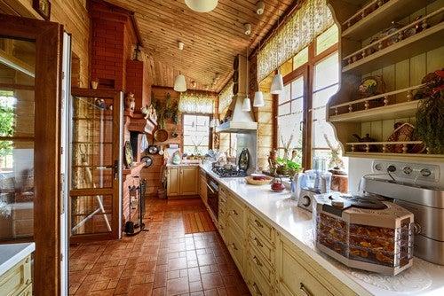 Comunicação com o exterior em uma cozinha rústica