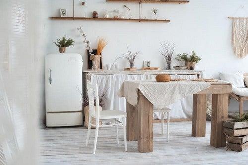O melhor lugar para colocar as lâmpadas na cozinha rústica é nabancada ou na mesa de jantar