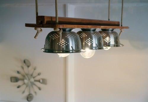 Se quisermos fazer uma luminária com um escorredor, os metálicos são os melhores