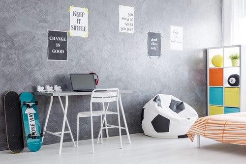 Um quarto juvenil bem decorado também é possível quando as paredes são cinza