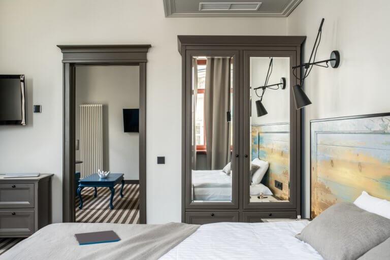Brinque com os espelhos e personalize a sua casa