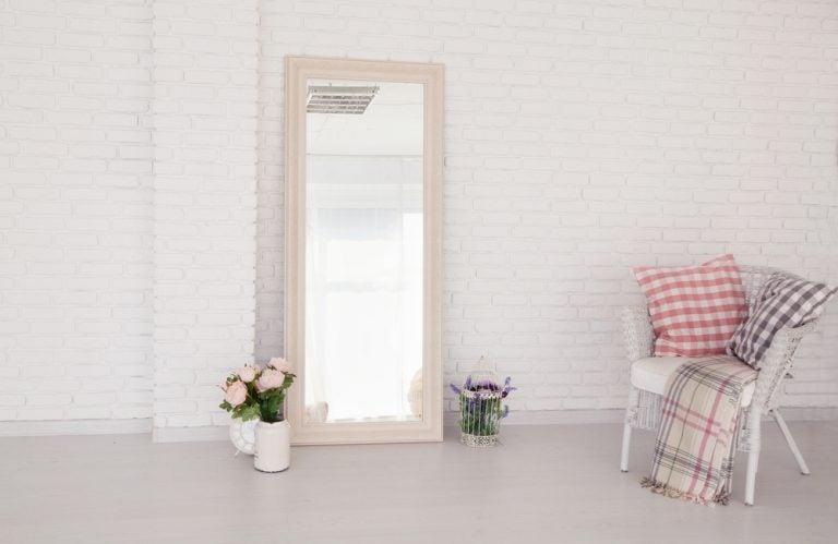 Os espelhos também são usados para dar mais luminosidade aos interiores