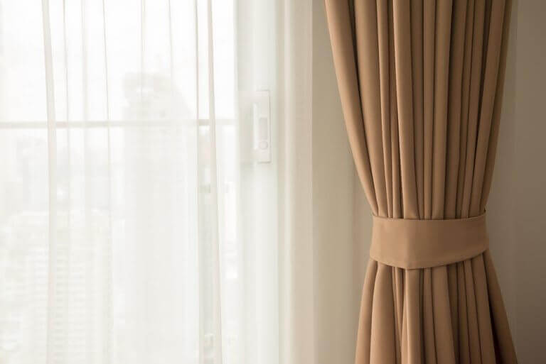 Colocar cortinas leves