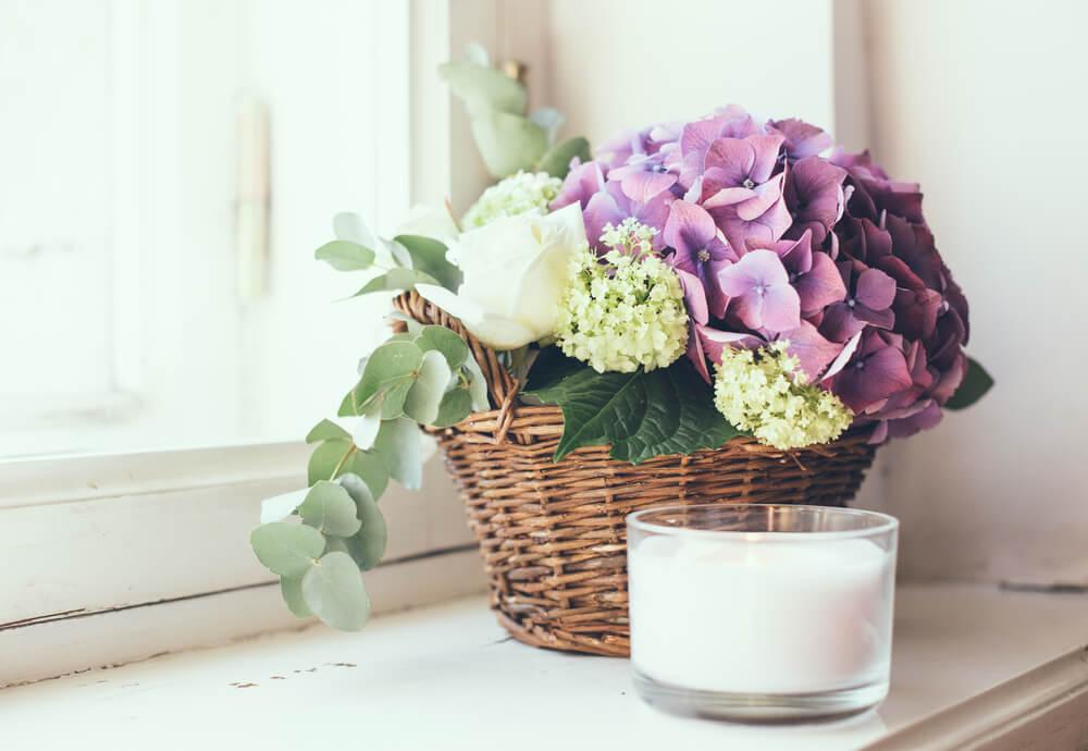 Arranjo floral na janela