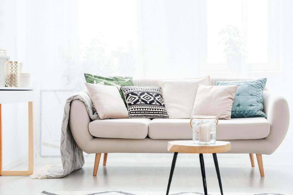 Sofá bege, um recurso decorativo fácil de ser combinado
