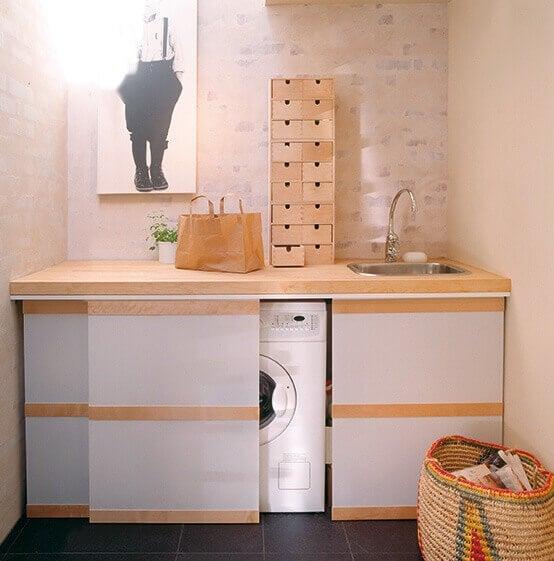 Uma mini lavanderia no banheiro