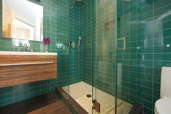 Banheiro verde-esmeralda