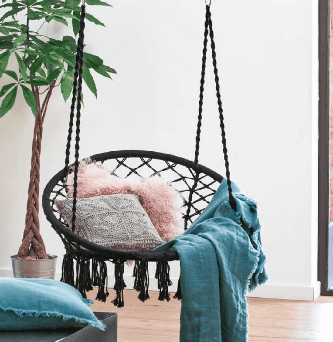 As melhores cadeiras suspensas para uma casa chique