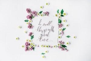 Çiçekle çerçevelenmiş özlü sözler