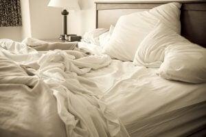 beyaz çarşaflı dağınık yatak